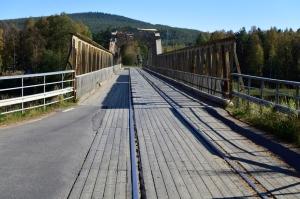 Die Mankellbrücke. Zug, Autos, Fussgänger, Velos... die gleiche Fahrbahn.